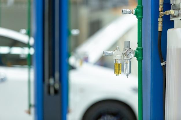 Der elektrische aufzug für autos im service.