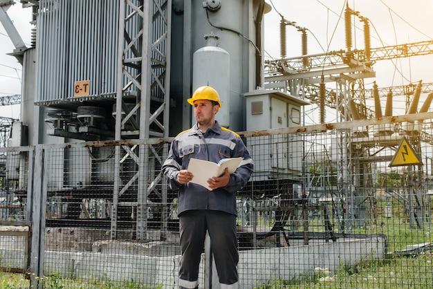 Der energieingenieur prüft die ausrüstung des umspannwerks. energietechnik. industrie.