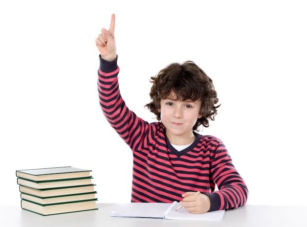 Der entzückende junge, der ein über weißem hintergrund studiert, bitten, über weiß getrennt zu sprechen