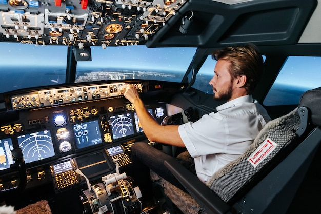 Der erste offizier steuert den autopiloten und die parameter für den sicherheitsflug.
