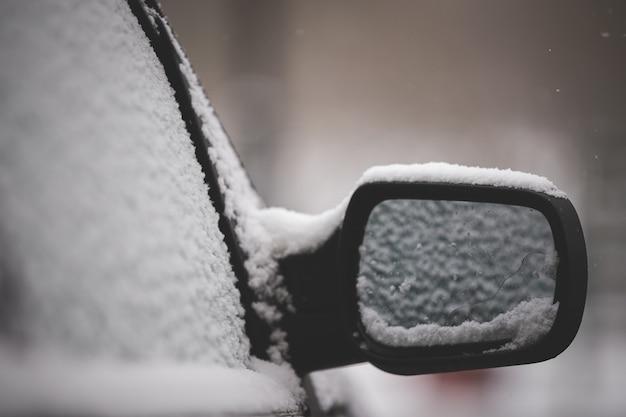 Der erste unerwartete schneefall bedeckte autos mit schnee