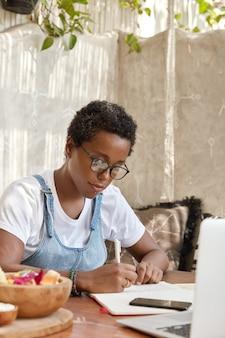 Der ethnische besitzer eines coffeeshops entwickelt neue ideen für das verbesserungsgeschäft