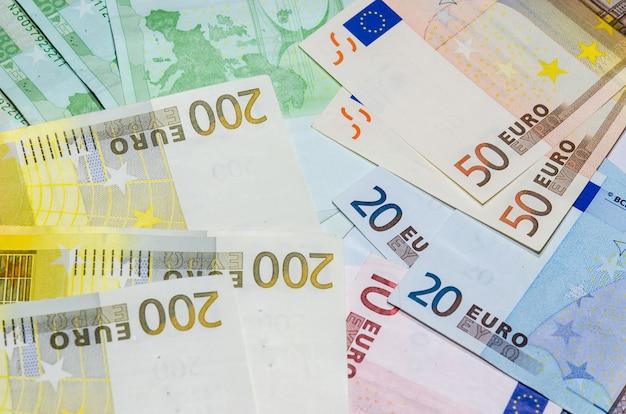 Der euro ist zusammengesetzt. es gibt 50 und 200 banken.
