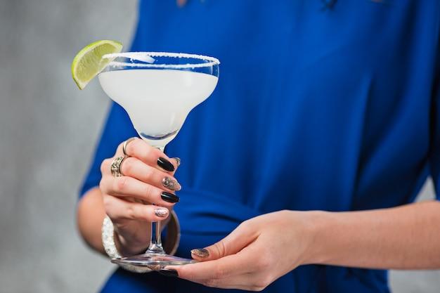Der exotische cocktail und die weiblichen hände