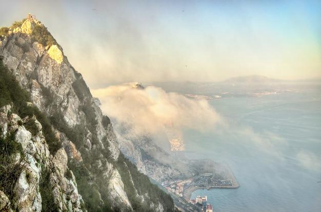 Der felsen von gibraltar im nebel