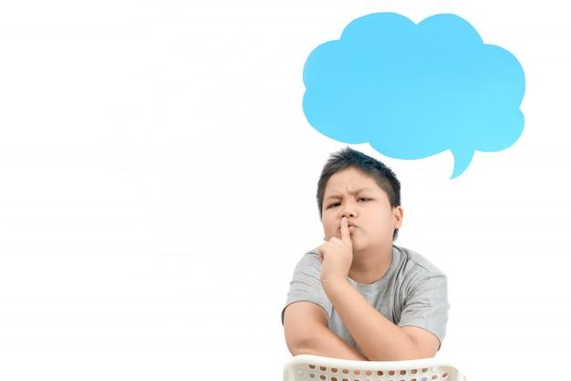 Der fette junge, der ein unterhaltruhe macht, gestikuliert mit blauer spracheblase