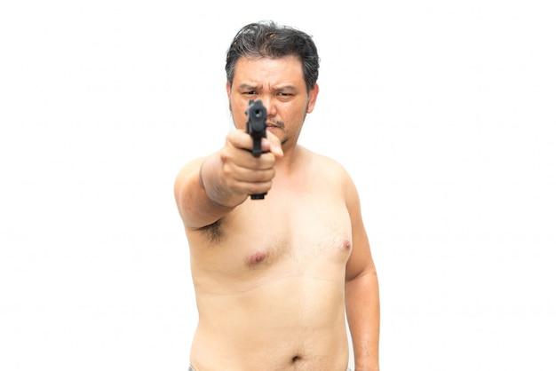Der fette körper des asiatischen mannes, der ein gewehr hält, schoss, um zu zielen