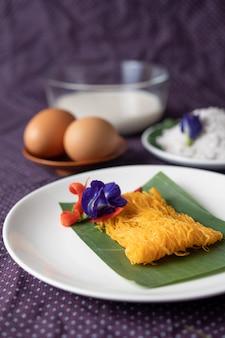 Der fios de ovos auf dem teller besteht aus zwei eiern und kokosmilch.