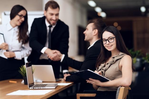 Der firmenchef spricht mit anderen mitarbeitern