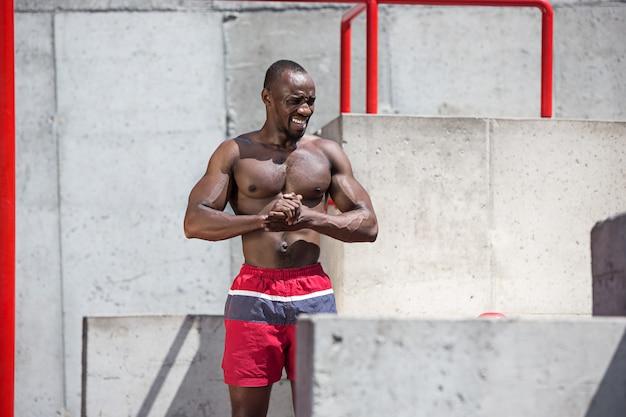 Der fitte athlet macht übungen im stadion
