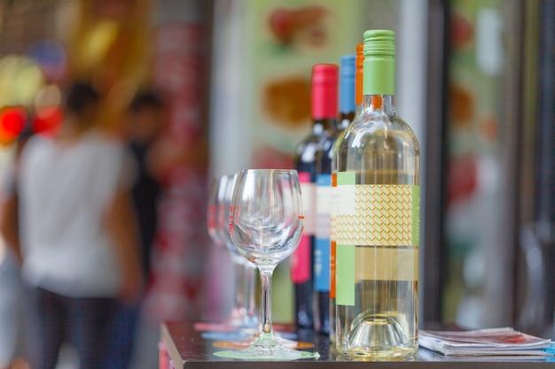 Der flaschenladen verkauft weine und bietet weinproben in der straßenbar im freien