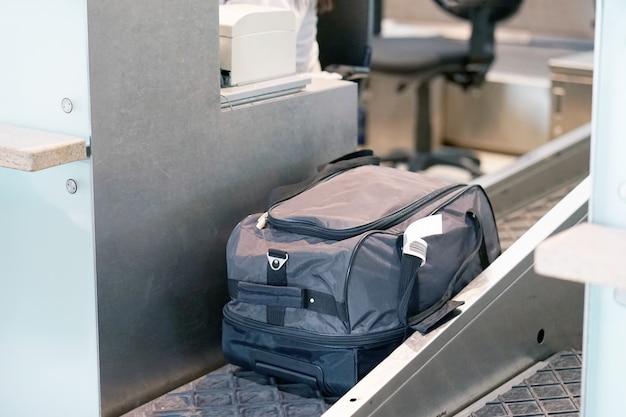 Der flughafenangestellte registriert das gepäck.