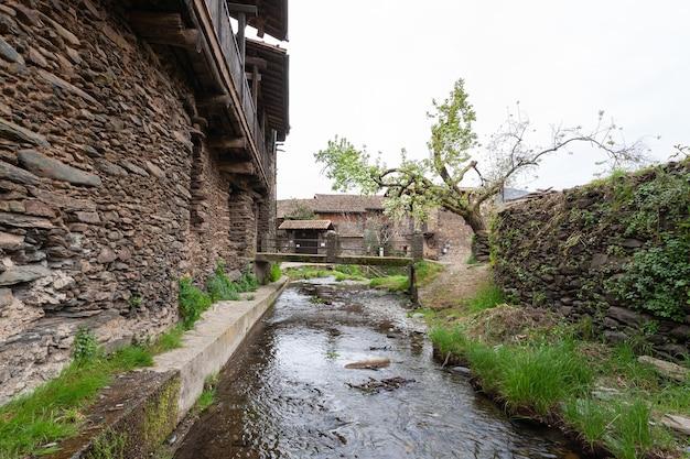 Der fluss arrago fließt unter den häusern der stadt in der stadt robledillo de gata.