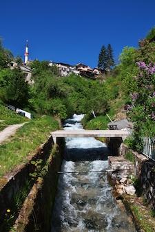 Der fluss in travnik, bosnien und herzegowina