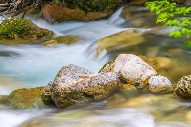 Der fluss kolasinskaya fließt schnell durch die stadt. montenegro, kolasin.