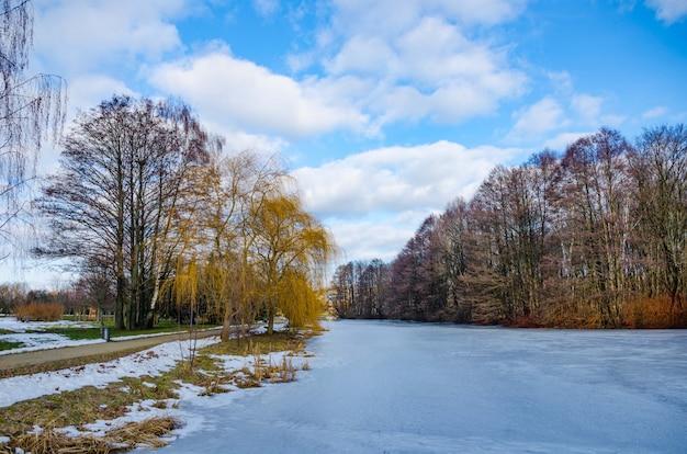Der fluss svisloch fließt in minsk und schafft malerische orte. weißrussland.