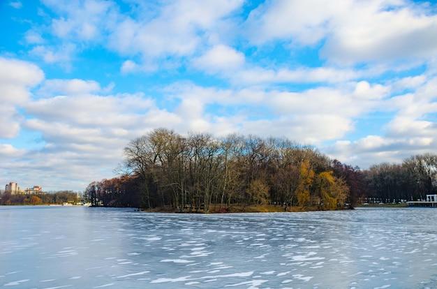 Der fluss svisloch fließt in weißrussland