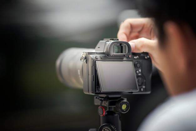 Der fotograf, der ein foto mit digitalkamera macht