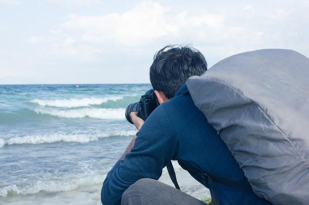 Der fotograf fotografiert die wellen