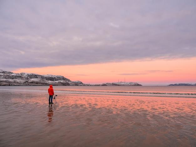 Der fotograf fotografiert eine wunderschöne arktische sonnenuntergangslandschaft auf dem arktischen ozean.
