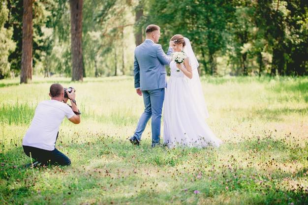 Der fotograf macht einen schießtanz