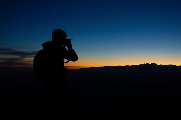 Der fotograf reist und fotografiert wunderschöne landschaften