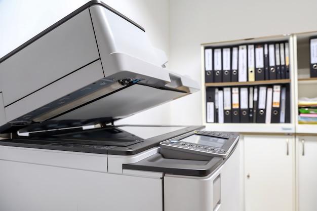 Der fotokopierer oder das xerox-gerät ist ein büroarbeitsgerät.