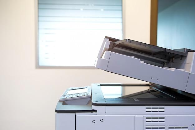 Der fotokopierer oder drucker in nahaufnahme ist ein werkzeug für büroangestellte zum scannen und kopieren von papier.