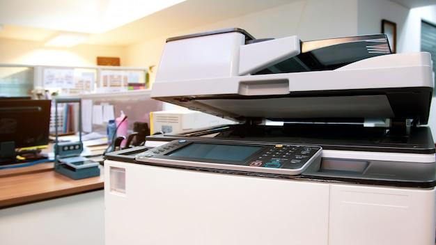 Der fotokopierer oder drucker ist ein bürowerkzeug zum scannen von dokumenten und kopieren von papier.