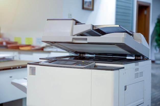 Der fotokopierer oder netzwerkdrucker ist ein werkzeug für büroangestellte zum scannen und kopieren von papier.