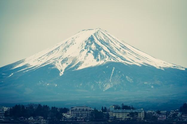 Der fujisan im winter mit kawaguchiko-stadt im vordergrund