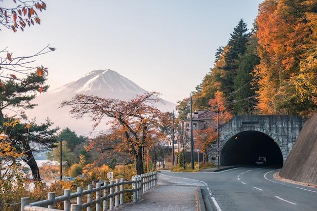 Der fujisan mit herbstwald und tunnelstraße