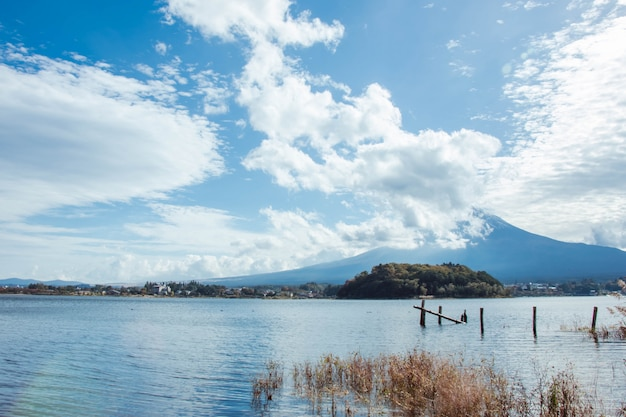Der fujisan und große wolke am kawaguchiko see