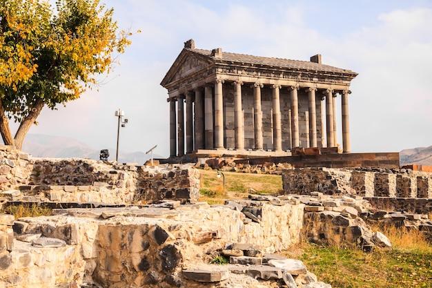 Der garni pagan tempel ist der hellenistische tempel in der republik armenien. ansicht des alten garni pagan tempelkomplexes in der herbstsaison.