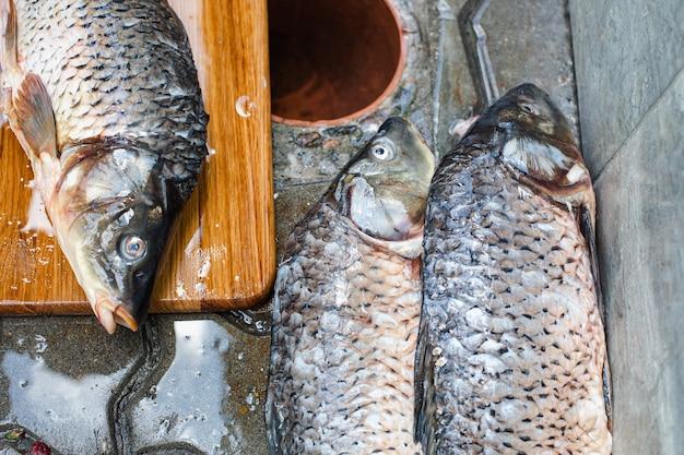 Der gefangene sklave liegt auf der straße, bevor er schneidet und kocht.