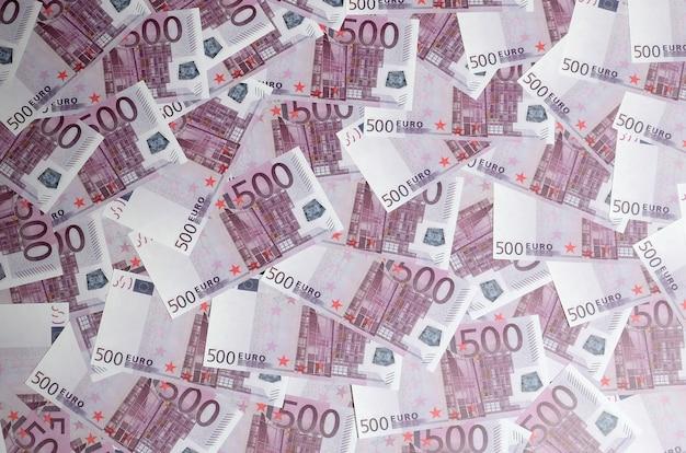 Der geldhintergrund, der aus purpurroten fünfhundert eurorechnungen besteht, verbreitete über den bildschirm