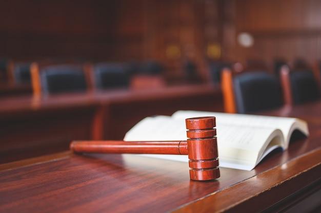 Der gerichtssaal prüfte fälle im zusammenhang mit verschiedenen fällen.
