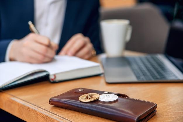 Der geschäftsmann arbeitet an seinem arbeitsplatz mit notebook, laptop und erstellt einen geschäftsplan