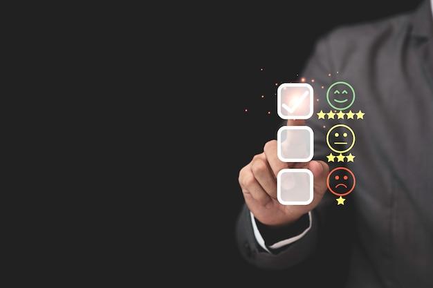 Der geschäftsmann berührt die virtuelle registerkartenleiste, um produkte und dienstleistungen zu bewerten