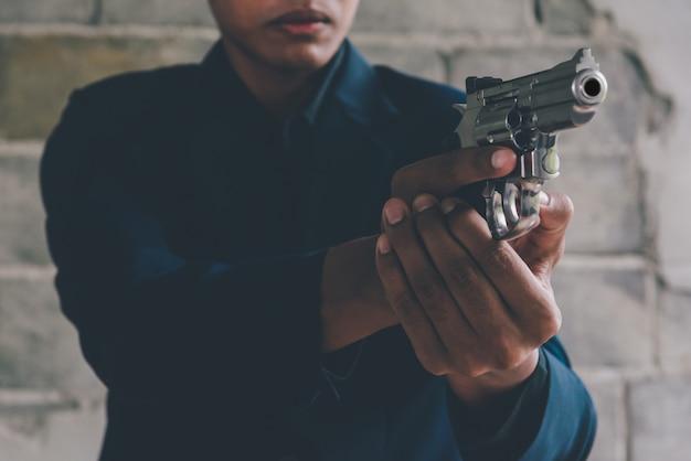 Der geschäftsmann, der eine gewehr hält, um sich zu töten, beging selbstmord