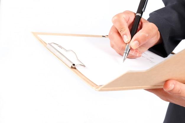 Der geschäftsmann, der mit dokumenten arbeitet, unterzeichnen vertrag