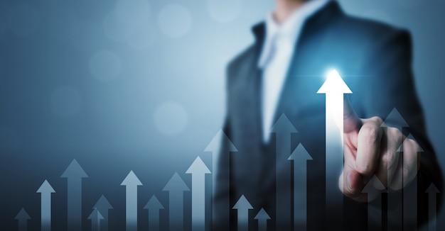 Der geschäftsmann, der zukünftiges unternehmenswachstum des pfeildiagramms zeigt, planen und erhöhen prozentsatz