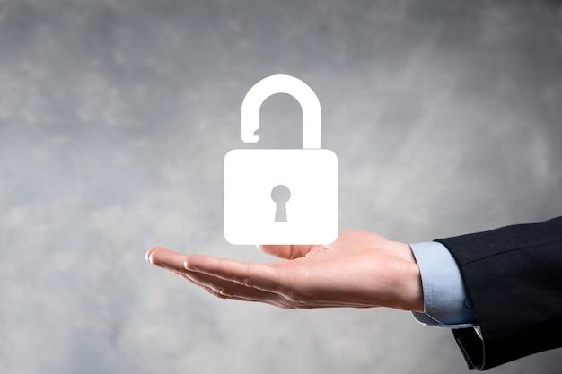 Der geschäftsmann hält ein offenes vorhängeschlosssymbol auf seiner handfläche und öffnet ein virtuelles schloss. geschäftskonzept und technologie-metapher für cyber-angriffe, computerkriminalität, informationssicherheit und datenverschlüsselung.