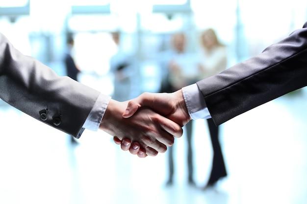 Der geschäftsmann hand für einen handschlag den abschluss der transaktion