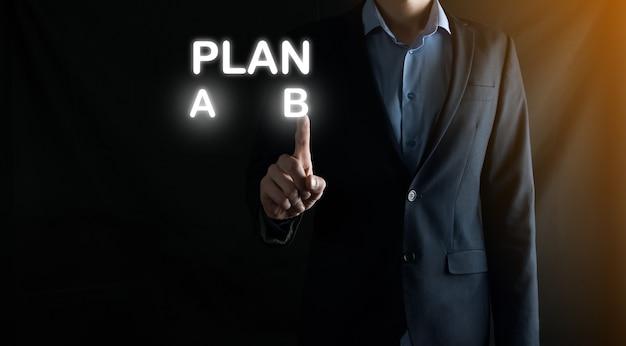 Der geschäftsmann im anzug wählt optionen für die planentwicklung