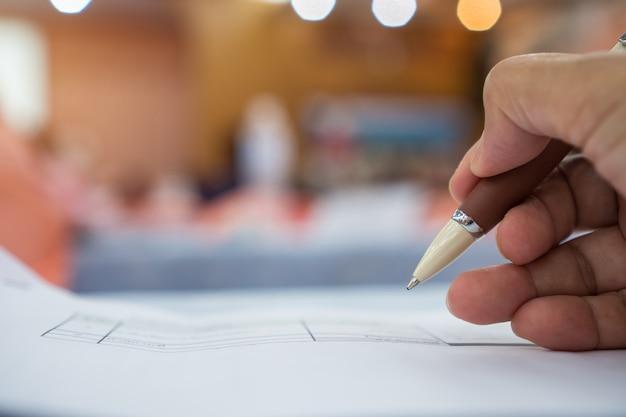 Der geschäftsmann-manager, der unterzeichnende bewerberfüllungsdokumente überprüft, dokumentiert firma