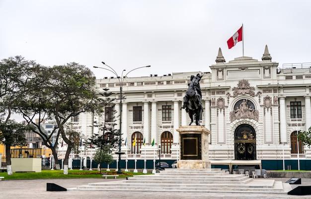 Der gesetzgebende palast von peru mit einer statue von simon bolivar in lima