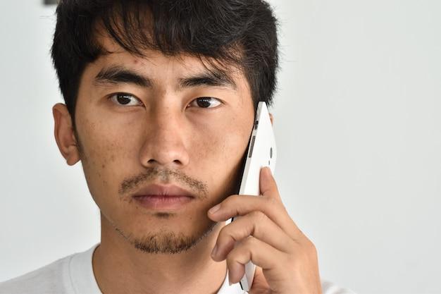 Der gesichtsmann spricht am telefon