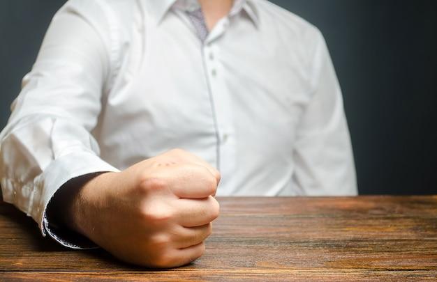 Der getroffene mann schlug mit der faust auf den tisch das ende der geduld es ist unmöglich, es zu ertragen
