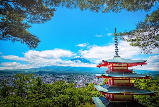 Der gipfel des berges fuji zwischen wolke mit chureito-pagode in fujiyoshida, japan